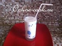 Питьевой йогурт с клубничным сиропом