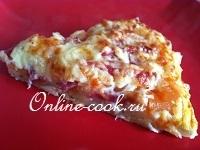 Пицца с колбасой и помидорами (два вида сыра)