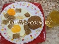 Яичница с хлебом, чай зеленый и лепешка