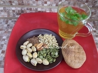 Смесь орехов и семечек, лепешка и зеленый чай с мятой (Петров пост 2017г. 8-й день)