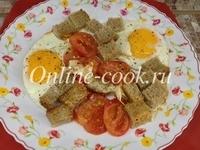 Яичница с черным хлебом, помидором, чай каркаде и лепешка с сыром пармезан