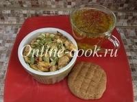 Яблочный крамбл с клетчаткой и тыквенными семечками, травяной чай и лепешка