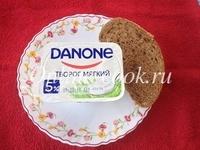 Данон творог мягкий 5% жирности и кусочек хлеба с зернами и семенами