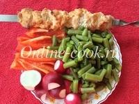 Стручковая фасоль зеленая, перец красный, редис, куриный шашлык, хлеб