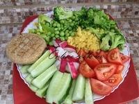 Желтая чечевица с брокколи и зеленым горошком, редис, помидорки, огурец, болгарский перец, лепешка (Петров пост 2017г. 10-й день)