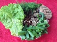 Гречка с куриной печенью, укроп, листья салата, зеленый лук и лепешка