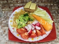 Чечевица желтая, брокколи, редис, помидор, морковка, перец, лепешка с сыром пармезан