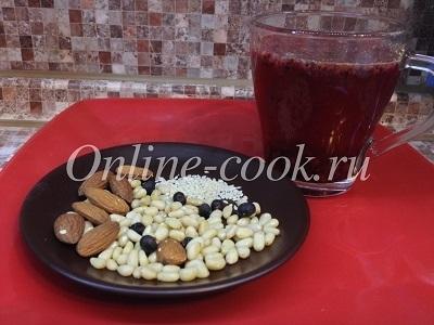 Ягодный чай с орешками и ягодами можжевельника
