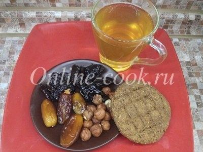 Вкусный чай с сухофруктами и орешками