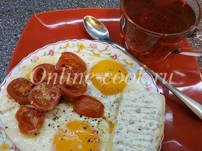 Яичница классическая с помидорами черри, бутерброд из сыра с творожной массой с фисташками, чай