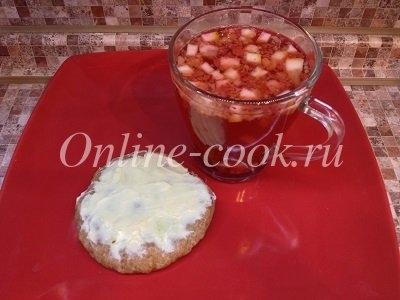 Цельнозерновая лепешка со сливочным маслом и ягодный чай с лимоном