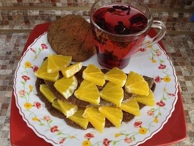 Блинчик постный из льняной и кунжутной муки с лимоном, чай каркаде и лепешка