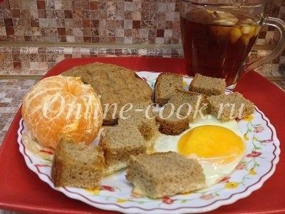 Яичница с дарницким хлебом, мандарин, лепешка цельнозерновая, чай черный с лимоном