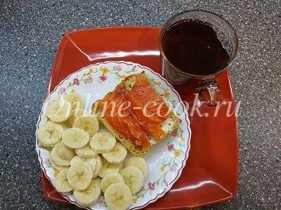 Бананчик, бутерброд с маслом и красной рыбкой (форель), чай черный