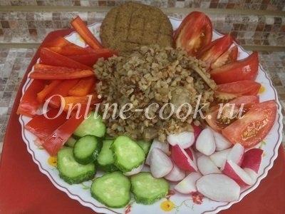Гречка запаренная, редис, огурец, помидор, болгарский перец красный, лепешка