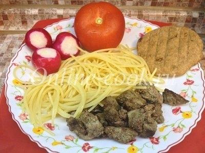 Макароны с куриной печенью и овощами: помидор и редиска с цельнозерновой лепешкой