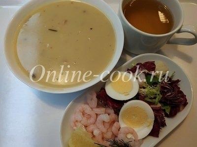 Шампиньоновый крем-суп, салат с креветками, варёным яйцом, салатом и горячий зелёный чай