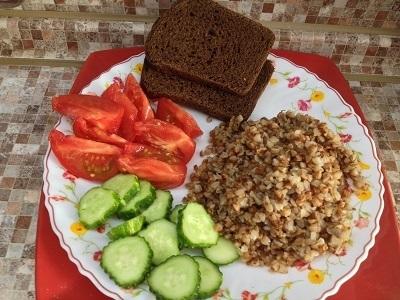 Гречневая каша с овощами и бородинским хлебом