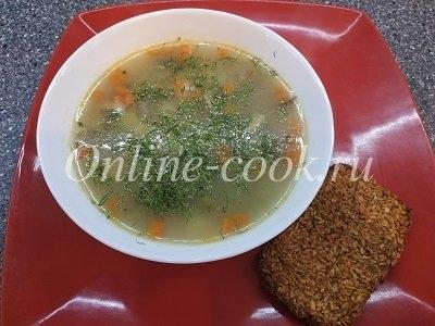 Вкусный гречневый супчик на курином бульоне с грибами и зелёным горошком, обычный хлеб заменила своим полезным хлебцем