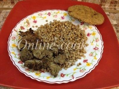 Куриная жареная печень с гречневой крупой и лепешкой из цельнозерновой муки без сахара
