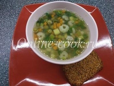 Овощной супчик с креветками, зеленым горошком, картофелем и морковкой, хлебец вместо хлеба