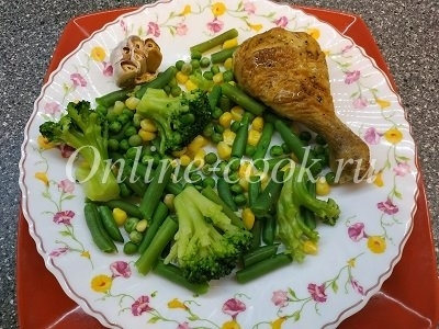 Запечённая куриная голень с овощами (брокколи, стручковая фасоль, кукуруза, зелёный горошек) и конечно же запечённый чеснок) за кадром зелёный чай)