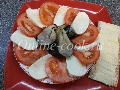 Помидор, скумбрия и моцарелла, цельнозерновой хлебец со сливочным маслом