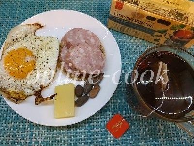 Яичница с перцем, какао бобы, колбаса натуральная, чай без сахара