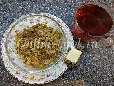 Яблочный крамбл диетический с чаем и хлебцем с маслом