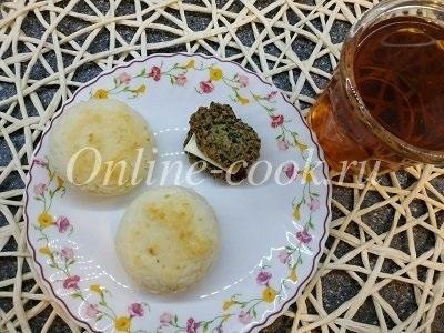 Снова полезные сырники с хлебцами с маслом, чай
