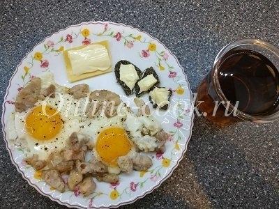 Яичница с беконом, сыр, хлебцы с маслом, чай