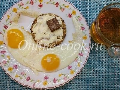 Яичница, хлебец цельнозерновой с маслом и кето шоколад к чаю