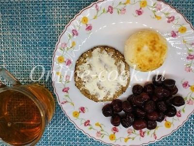 Сырник с вишней, хлебец с маслом и чай черный