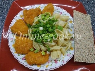 Куриные домашние нагетсы с макаронами и луком, хлебец