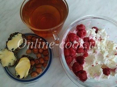 Домашний творог с малиной, фундук, хлебцы с маслом и черный чай