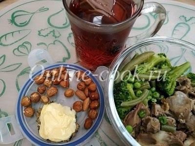 Овощи: брокколи, стручковая фасоль, зеленый горошек, куриные желудочки, фундук, хлебец с маслом и чай