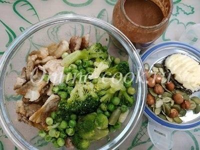 Обжареный бекон с брокколи и зеленым  горошком, тыквенные семечки с фундуком, хлебец с маслом и горячий шоколад