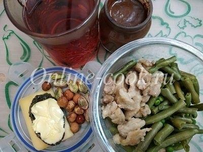 Стручковая фасоль, обжаренный бекон, зеленый горошек, фисташки, фундук, хлебцы с сыром и маслом, горячий шоколад, чай каркаде
