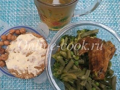 Куриные крылья, брокколи и стручковая фасоль, хлебец с маслом, фундук и чай