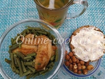 Куриные крылья, стручковая фасоль на пару, хлебец с маслом, фундук и чай