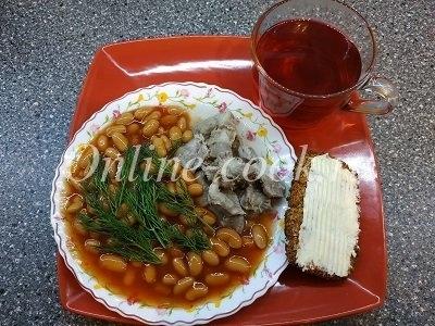 Фасоль белая в томатном соусе с куриными желудочками, хлебец кокосовый с маслом и чай