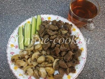 Обжаренные шампиньоны, говяжья печень и огурец, чай