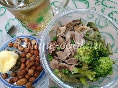 Брокколи со стручковой фасолью и куриными желудочками, фундук, хлебец с маслом, зеленый чай