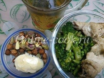 Брокколи с курочкой отварной, фисташки, фундук, хлебец с маслом, чай зеленый