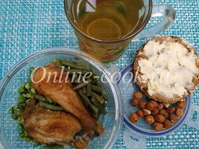Куриная голень, куриное крылышко с овощами брокколи, зеленым горошком и стручковой фасолью, фундук и хлебец с маслом к зеленому чаю