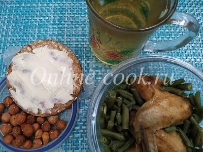 Хлебец с маслом, фундук, стручковая фасоль и куриные крылышки, чай